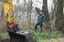 Budování tůněk pro obojživelníky na Doubravce.