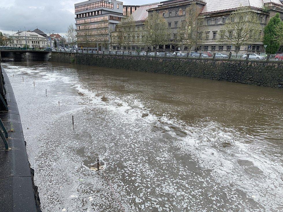 Zvýšená hladina řeky Radbuzy na Denisovo nábřeží v Plzni.