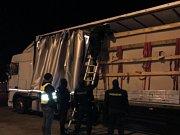Kamiony tajně převážely běžence.
