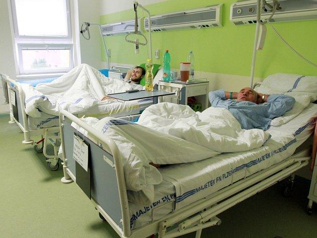 Pacienti chirurgického oddělení jsou se zrekonstruovanými pokoji spokojení. K dispozici mají nové sociální zařízení, televizi i klimatizaci