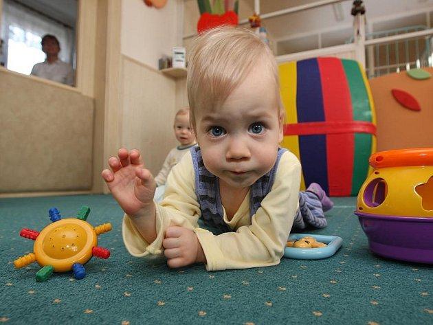 Kromě několika cizinců čeká na novou rodinu v plzeňském kojeneckém ústavu i malý Petřík. Zatím si může hrát jen s ostatními dětmi a s tetami.