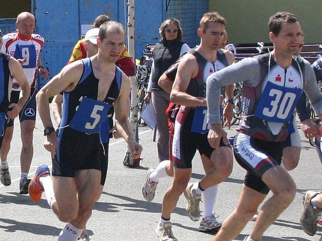 Nýřanský duatlon (3 km běh – 38 km kolo – 3 km běh) ovládl včera již pošesté v devatenáctileté historii klání Petr Minařík (na trať vybíhá s č. 5)