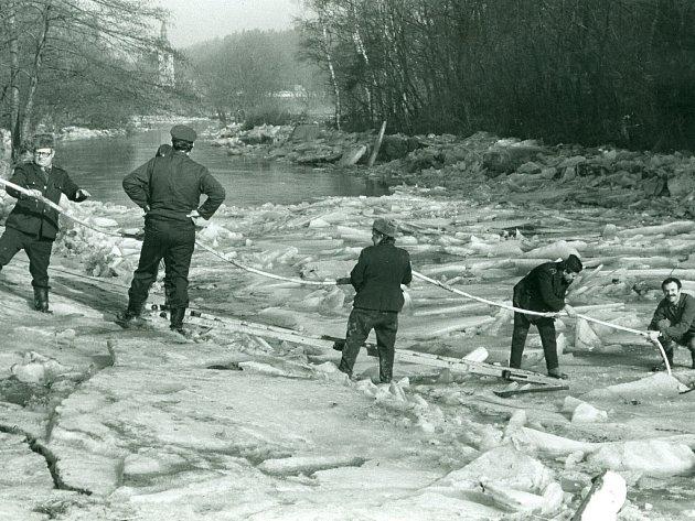 Ledy na Úslavě. Snímek, který je také k vidění na výstavě, pochází z ledna roku 1982 z Plzně-Doubravky.