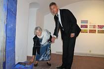 Výtvarnice Eva Roučka se starostou Břas  Miroslavem Krocem na výstavě Indiánské léto v Galerii města Plzně.