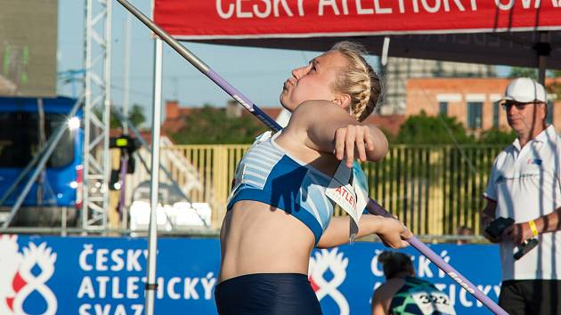Oštěpařka Petra Sičaková při jednom ze šesti pokusů na mítinku v Plzni, kde si vylepšila osobní rekord o více než sedm metrů.