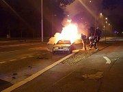 V sobotu v noci hořelo na Karlovarské třídě v Plzni osobní auto.