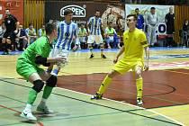 Nejlepším hráčem utkání Vysokého Mýta s plzeňským Interobalem byl vyhlášen brankář hostů Lukáš Němec (v zeleném). Po jeho levé ruce je Jan Křemen.