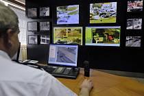 Nová část kamerového systému byla včera slavnostně předána v Plzni. Počtem kamer monitorujících křižovatky a veřejná prostranství se 170tisícová Plzeň řadí mezi nejvybavenější města v zemi