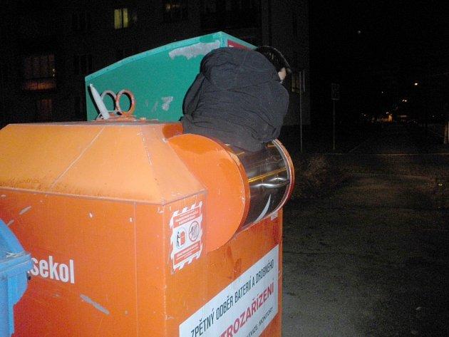 Z tohoto kontejneru v Heyrovského ulici musela hlídka strážníků vyprostit muže, jenž tam hledal rádio