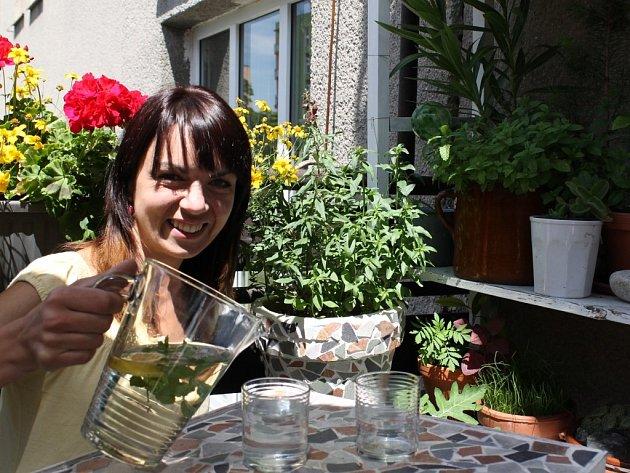 Lucie Saláková na svém balkoně, který díky bylinkám a květinám hraje barvami