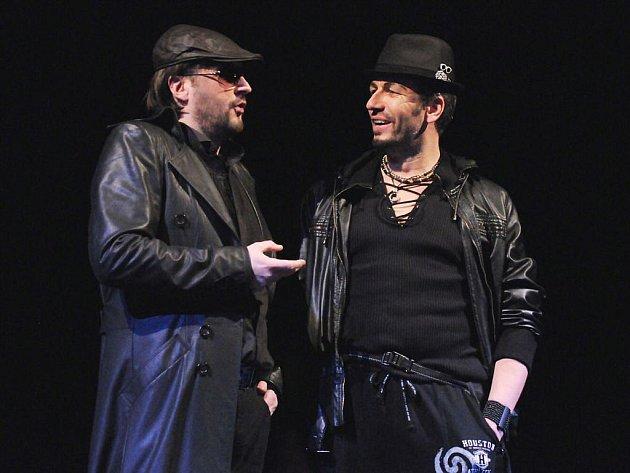 Svatopluk Sem (vlevo) v titulní roli a František Zahradníček jako Leporello při zkoušce Mozartovy opery Don Giovanni na jevišti plzeňského Velkého divadla