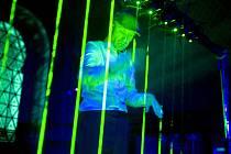 Skladatel Peter Gyori hraje na laserovou harfu. Nástroj bude v Plzni k vidění a slyšení vůbec poprvé
