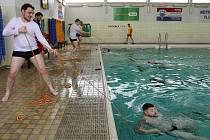 Strážníci Městské policie Plzeň nacvičovali záchranu tonoucího. Členové Vodní záchranné služby poskytovali rady i praktické ukázky v bazénu SK Radbuza Plzeň.