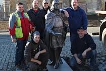 Na toužimské náměstí, které prošlo revitalizací, byla socha usazena už v pondělí. Na snímku sochař Marcel Hron (stojící vpravo), umělečtí kováři Martin Krysl a Jiří Oplt (klečící zleva)