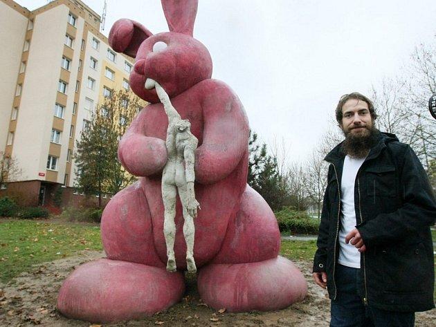 Odhalení dokončené sochy Panoptikum - králíka, který požírá člověka