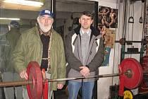 František Horník se svým synem Pavlem předvádí, dnes již moderní, tělocvičnu