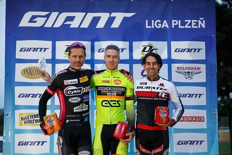 Nejlepší jezdci kategorie Masters v odvetě, zleva Petr Ruman, vítěz Karel Vlk a Petr Kilian.