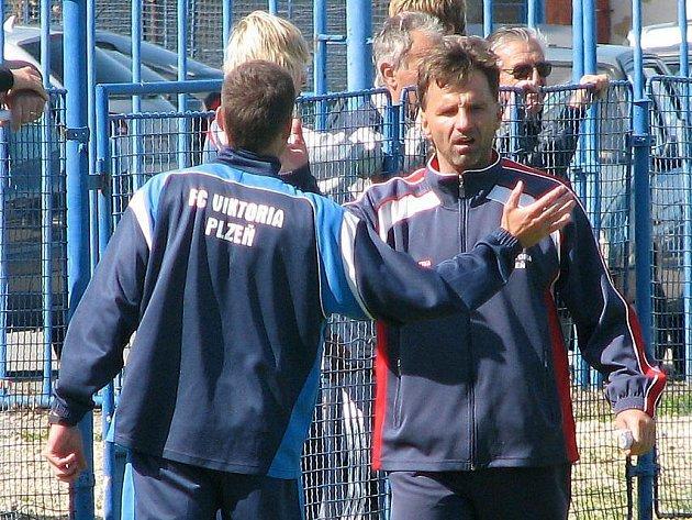 Trenér staršího dorostu Viktorie Plzeň Karel Krejčí (vpravo) je se svým asistentem  Jiřím Žilákem naladěný na stejnou notu. Takhle se na podzim radovali často