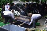 Rodina a blízcí se v pátek rozloučili s oběťmi tragické dopravní nehody osobního auta a vlaku u Kamenného Újezdu na Plzeňsku. Poslední rozloučení proběhlo na hřbitově v Nýřanech.