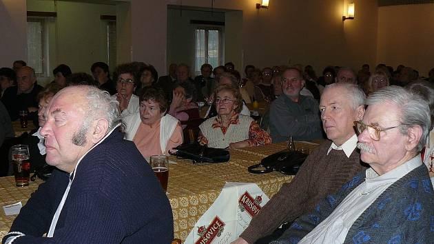 Senioři poslouchají poutavou přednášku o Zelené Hoře.
