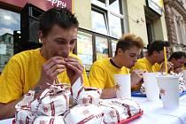 Soutěž v pojídání cheeseburgerů v Plzni.