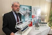 Krásně a hlavně funkční by mělo být nové transportní lůžko pro pacienty, jak jej tvořily týmy studentů Fakulty strojní a Ústavu umění a designu ZČU v Plzni