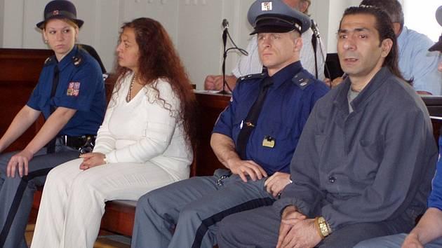 Květa Šarkoziová a Štefan Rafael s včera zpovídali u Krajského soudu v Plzni z prodeje skoro deseti kilogramů heroinu v bytě v ulici Kardinála Berana v Plzni