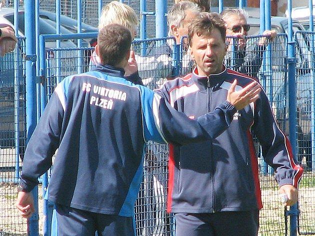 Trenér starších dorostenců FC Viktoria Plzeň Karel Krejčí (vpravo) měl v sobotu v Brně důvod ke spokojenosti. Jeho tým si z jihomoravské metropole odvezl cenný bod za bezbrankovu remízu.