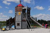 Multifunkční sportovní areál Škodaland v Českém údolí má zcela novou atrakci - šest metrů vysoký hrad s několika patry, skluzavkami, dalekohledy, šplhací tyčí či provazovými prolézačkami.