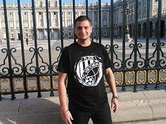 Fanoušek. Při úterní procházce Madridem bylo možné vidět příznivce Viktorie. Na snímku je Libor Vondra.