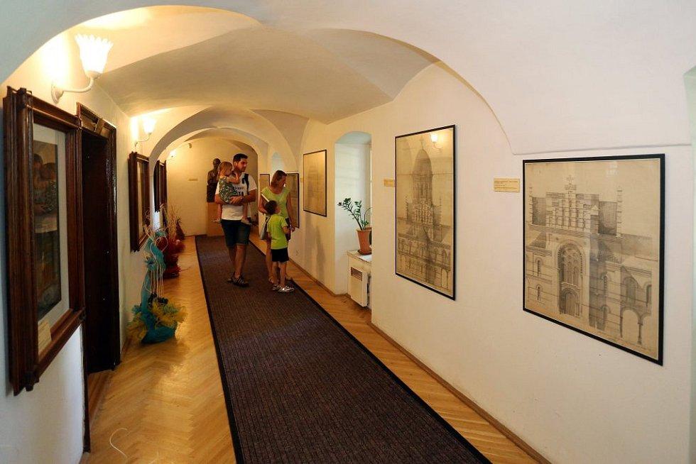 Památku proslavili její majitel, architekt a mecenáš Josef Hlávka ze sousedních Přeštic i skladatel Antonín Dvořák, který v Lužanech u přítele Hlávky často pobýval.