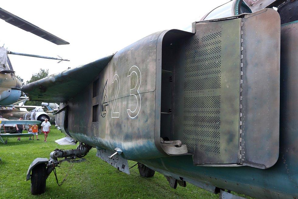 Namísto charakteristického nasávacího otvoru v  ose letadla byly zvoleny boční nasávací otvory.