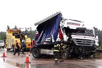 Kamion se srazil s vozem silničářů