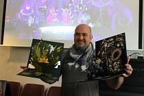 Jan Příhoda, ředitel festivalu Animánie, ukazuje letošní ceny pro vítěze jednotlivých kategorií. Takzvané Animáničky mají letos podobu leporel a vytvořili je studenti Fakulty umění a designu Ladislava Sutnara Západočeské univerzity v Plzni.