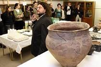 Archeologové představili včera nově vybavenou archeologickou laboratoř, v které se studenti mohou naučit pracovat například s Lrentgenem nebo laserem či mikrobruskou. Laboratoř prezentoval pracovník katedry Pavel Vařeka.