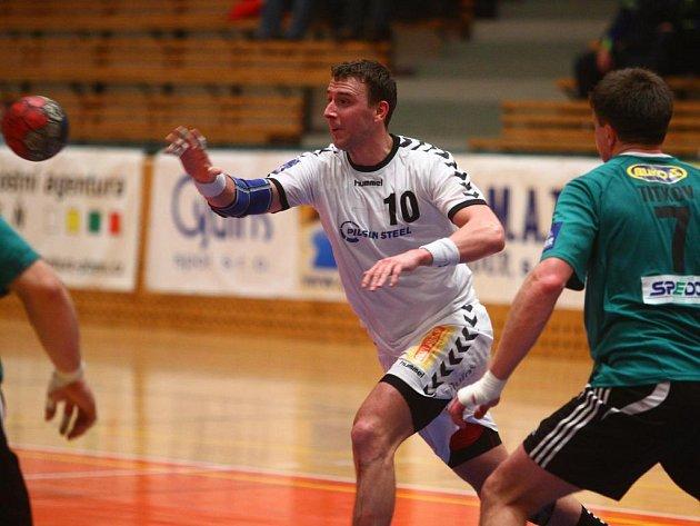 Kapitánovi Lokomotivy Plzeň Vojtěchu Šikovi (v bílém) patří se 138 brankami v tabulce extraligových střelců čtvrté místo