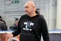 Josef Kadaně (prezident a trenér HBC Plzeň) se nyní věnuje úpravám hokejbalové haly a plánům modernizace.