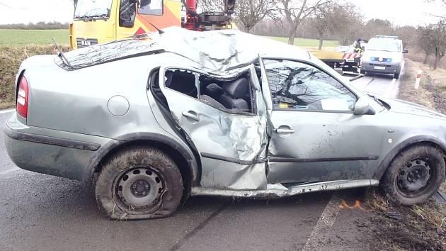 Osobní auto mezi Losinou a Nezbavěticemi havarovalo do stromu