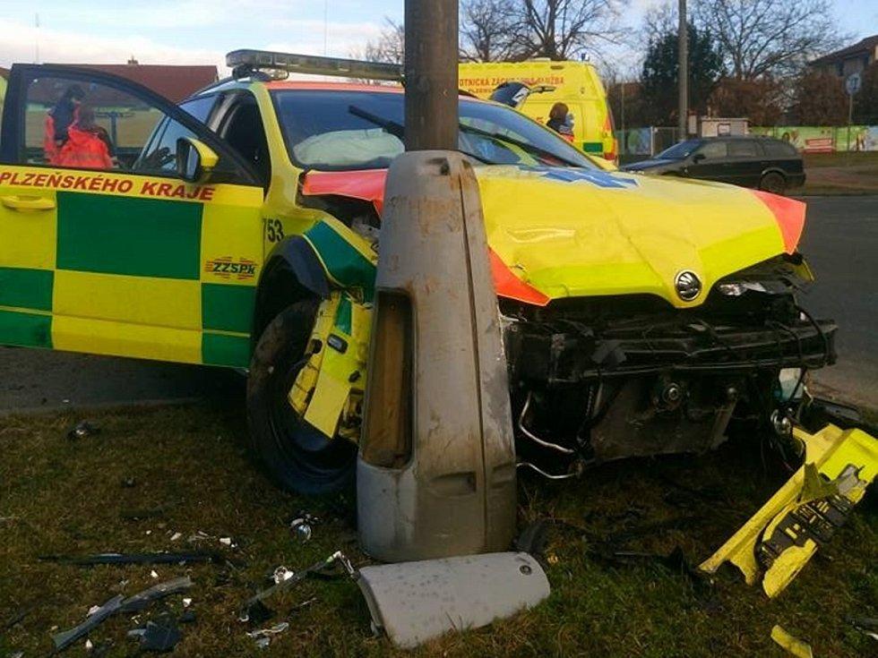 Nehoda sanitního vozu v Nýřanech