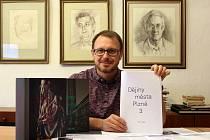 Adam Skála, městský archivář v Plzni, ve své pracovně nad posledními korekturami textu. Třetí díl Dějin města Plzně by měl vyjít v prosinci.