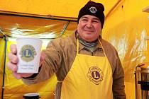 Petr Kutný ukazuje U Branky kelímek s logem Lions Clubu. Koupí svařáku podpoříte slabozraké a nevidomé.