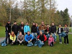 V rámci akce Ukliďme Česko se v sobotu setkali dobrovolníci v plzeňském lesoparku Homolka. Při 3 kilometry dlouhé procházce sbírali vše co do přírody nepatří.