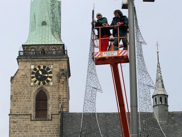 Příprava vánoční výzdoby v Plzni.