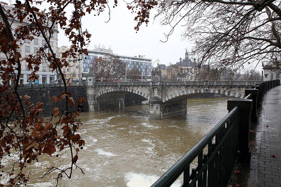 zvednutá hladina řeka Radbuza Anglické nábřeží Wilsonův most