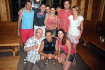 Tohle jsou všichni účastníci florbalového soustředění FBC Šmejd Plzeň. Míra Krutina je první zleva (v modrém tílku). Miroslav Repasky je v horní řadě třetí zleva, objímá svoji manželku Evu.