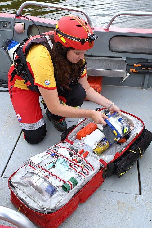 05 – Součástí vybavení je i zdravotnický batoh, který slouží pro prvotní ošetření pacientů před příjezdem Zdravotnické záchranné služby. Je vybaven zdravotnickým materiálem, ale i drobnými nástroji. Například pro vyndání zaseklého rybářského háčku.