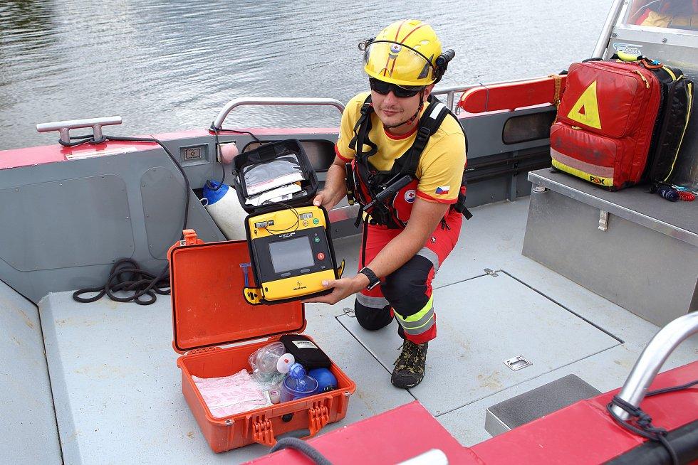 """06 – Vodní záchranné služba ČČK slouží v režimu tzv. """"first responders"""", a proto je součástí vybavení i automatizovaný externí defibrilátor (AED), který slouží pro provádění předlékařské neodkladné resuscitace."""