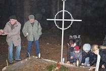 Ve Staré Knížecí Huti vysvětili nad hrobem nový kovový kříž