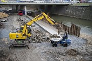 Stavba náplavky na břehu řeky Radbuzy v Plzni.