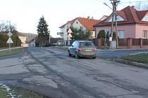 Jedna z křižovatek ve Štěnovicích, před níž vyroste ostrůvek, který má zklidnit dopravu